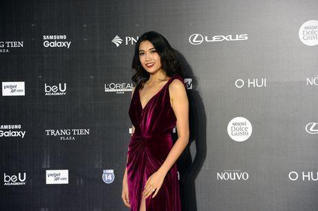 Dan Hoa hau, A hau khoe nhan sac tren tham do Tuan le Thoi trang - Anh 6