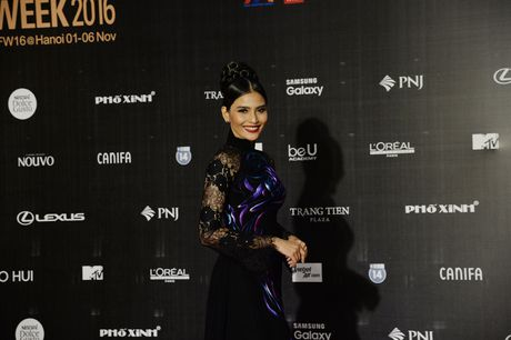 Dan Hoa hau, A hau khoe nhan sac tren tham do Tuan le Thoi trang - Anh 7