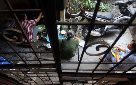 Chum anh: Song thap thom trong khu nha nam nao cung chay o Ha Noi - Anh 2