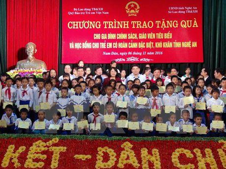 Pho Chu tich nuoc trao hoc bong cho 100 hoc sinh ngheo o Nam Dan - Anh 1