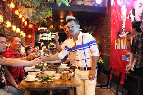 Nhac si Hoang Khanh Dung hanh phuc ben ban be ngay sinh nhat - Anh 9