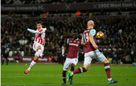 West Ham - Stoke City: Thoat hiem nho phuong an 2 - Anh 1