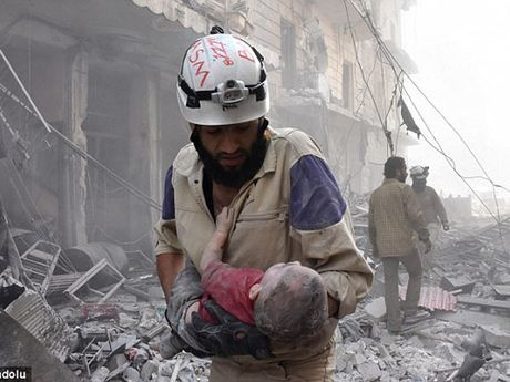 Ben trong Aleppo, thanh pho 'dia nguc tran gian' sau cac cuoc khong kich IS - Anh 1