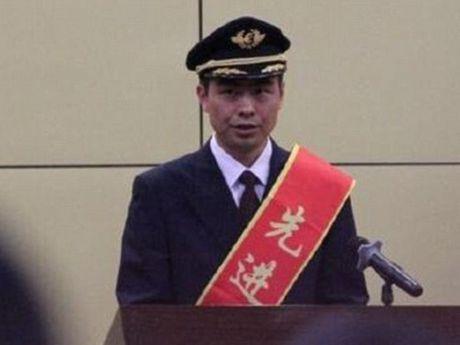 Trung Quoc thuong lon cho phi cong cuu may bay khoi va cham - Anh 1