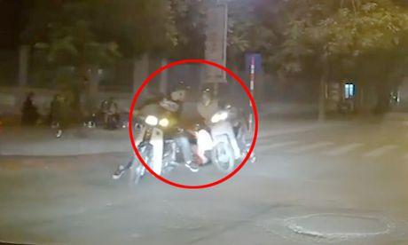 Chay Honda Dream sang duong au bi xe may tong roi ban gai - Anh 1