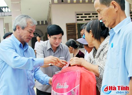 Cac don vi, doanh nghiep tiep tuc den voi nguoi dan vung lu Ha Tinh - Anh 1