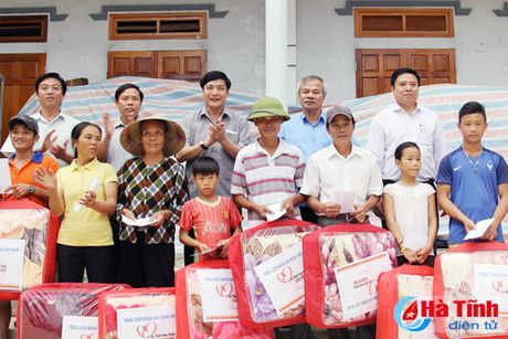 Cac don vi, doanh nghiep tiep tuc den voi nguoi dan vung lu Ha Tinh - Anh 4