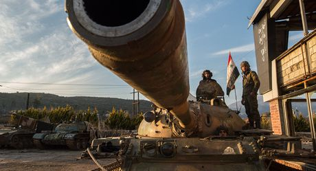 Video chien su Syria: Lao vao cua tu, phien quan chet la liet tren pho - Anh 1