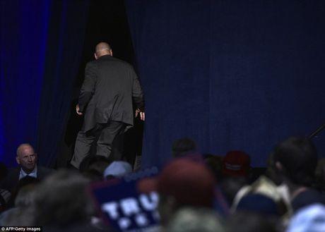 Tin nong: Donald Trump bi mot phen hu hon, phai chay vao sau san khau - VIDEO - Anh 2