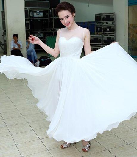 Vi sao Angela Phuong Trinh pha vo 'loi the' tro lai voi hinh anh sexy, phan cam? - Anh 2