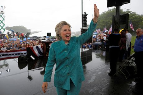 Clinton cat ngan cuoc van dong o bang chien truong do mua lon - Anh 1