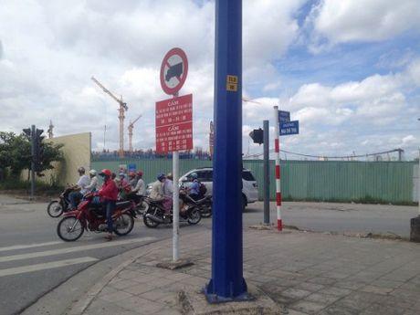 TP.HCM: Bien bao giao thong bat hop ly dang 'lam kho' KDT Thu Thiem? - Anh 2