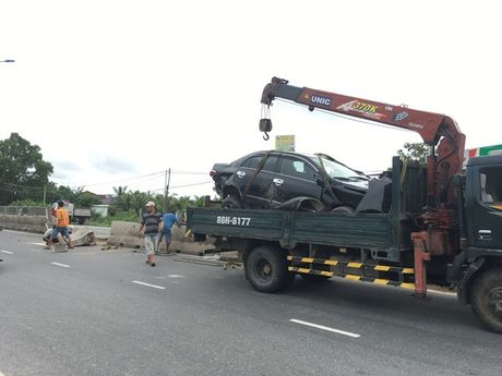 Binh Thuan: Xe tai 'day' xe o to bay len dai phan cach - Anh 2
