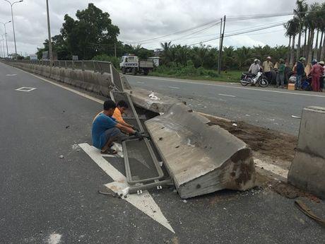 Binh Thuan: Xe tai 'day' xe o to bay len dai phan cach - Anh 4