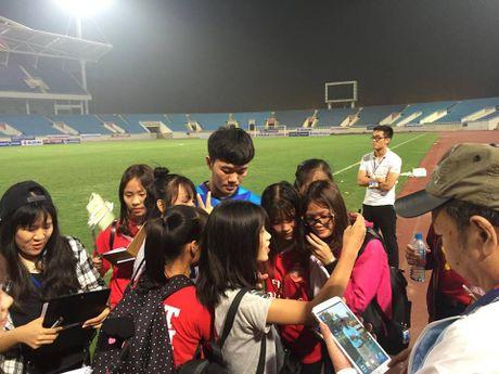 Cong Phuong, Xuan Truong bi 'fan' vay o san My Dinh - Anh 11