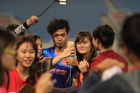 Cong Phuong, Xuan Truong bi 'fan' vay o san My Dinh - Anh 1