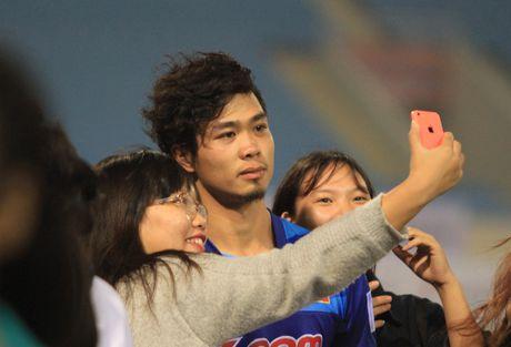 Cong Phuong, Xuan Truong bi 'fan' vay o san My Dinh - Anh 4