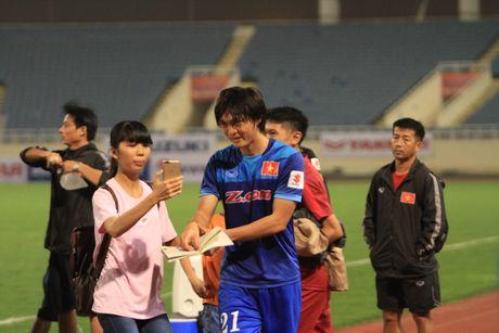 Cong Phuong, Xuan Truong bi 'fan' vay o san My Dinh - Anh 5