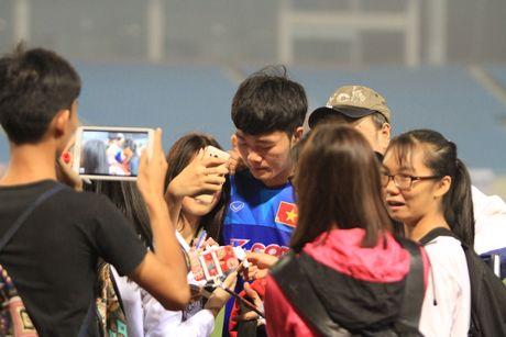Cong Phuong, Xuan Truong bi 'fan' vay o san My Dinh - Anh 6