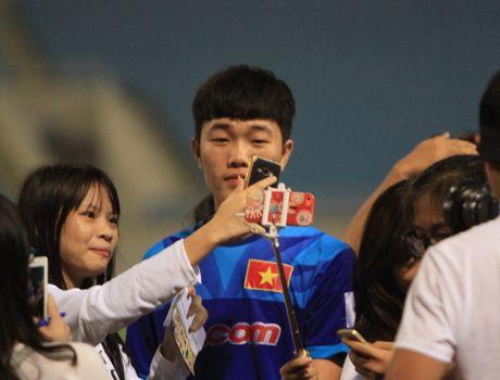 Cong Phuong, Xuan Truong bi 'fan' vay o san My Dinh - Anh 7