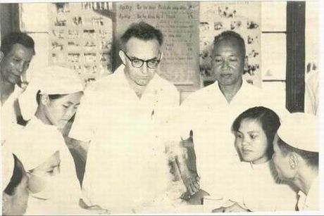 Giao su Pham Ngoc Thach: Nguoi hien than cua y duc - Anh 2