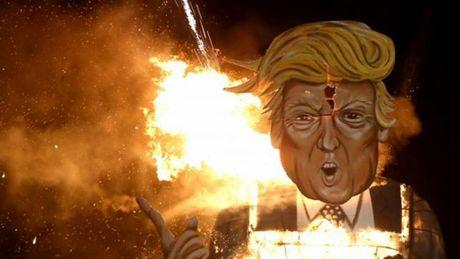 Hinh nom ty phu Donald Trump bi dot khong thuong tiec tai Anh - Anh 1