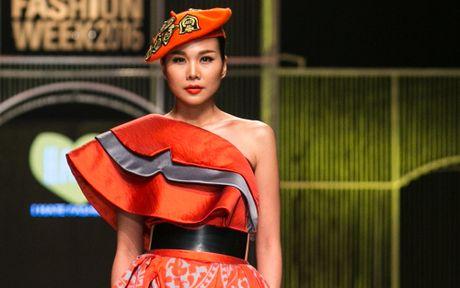 Sieu mau Thanh Hang noi bat voi vay do va mu noi - Anh 2