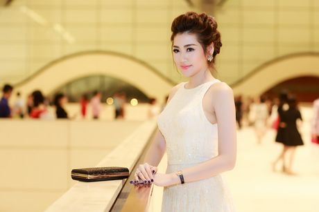 A hau Tu Anh deo nhan kim cuong tien ty di du su kien - Anh 4