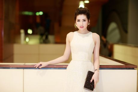 A hau Tu Anh deo nhan kim cuong tien ty di du su kien - Anh 7