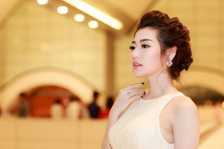 A hau Tu Anh deo nhan kim cuong tien ty di du su kien - Anh 9