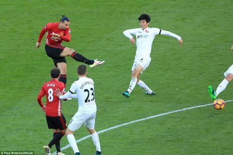 'Pha luoi' Swansea, Ibrahimovic di vao lich su Premier League - Anh 1