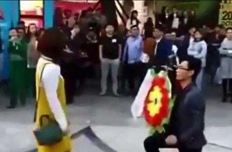 Hot tren face: Pham Quynh Anh 'dan mat' con re tuong lai, dam cuoi di dong tren xe tai - Anh 4
