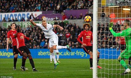 Swansea 1-3 Man United: Paul Pogba va Ibrahimovic dap tra chi trich - Anh 7
