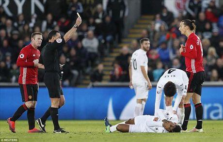 Swansea 1-3 Man United: Paul Pogba va Ibrahimovic dap tra chi trich - Anh 8