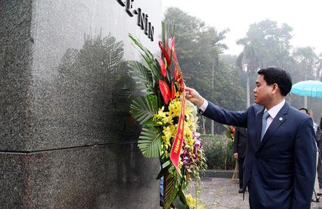 Lanh dao Thanh pho Ha Noi dat hoa tuong niem V.I.Lenin - Anh 1