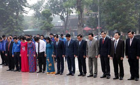 Lanh dao Thanh pho Ha Noi dat hoa tuong niem V.I.Lenin - Anh 2