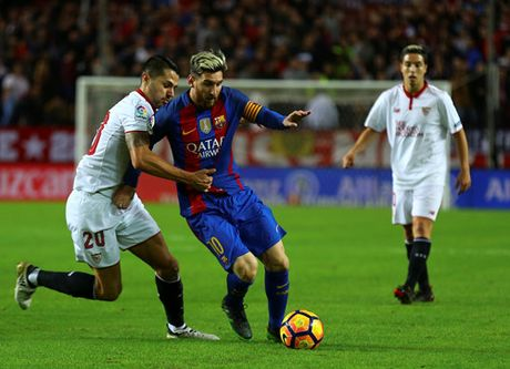 Messi va Suarez giup Barcelona loi nguoc dong tren san Sevilla - Anh 2