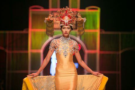 Nguyen Oanh dien set do nang 20 kg lam vedette - Anh 3