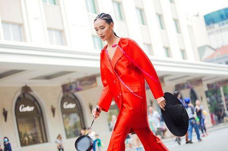 Hoang Thuy, Trang Khieu, Huong Ly can quyet street style cuoi tuan - Anh 1