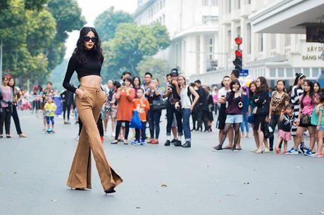 Hoang Thuy, Trang Khieu, Huong Ly can quyet street style cuoi tuan - Anh 7
