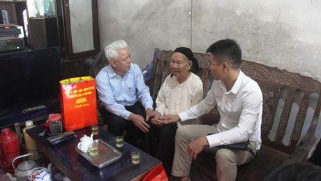 Tham hoi va tang qua 14 Me Viet Nam anh hung - Anh 1