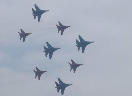 Su-27 Nga truc trac khi bay bieu dien tai trien lam hang khong Trung Quoc - Anh 3