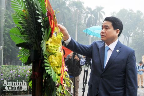 Chu tich UBND TP Ha Noi Nguyen Duc Chung dang hoa tuong niem tai tuong dai V.I Lenin - Anh 1