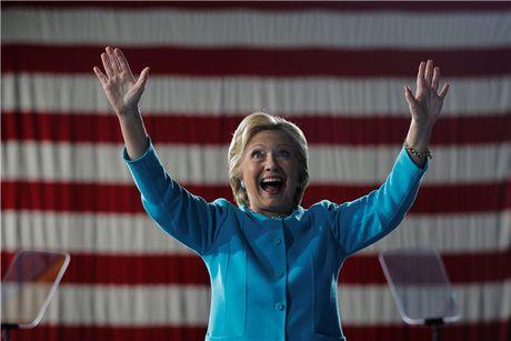 FBI tuyen bo bat ngo ve be boi email cua ba Clinton truoc bau cu - Anh 1