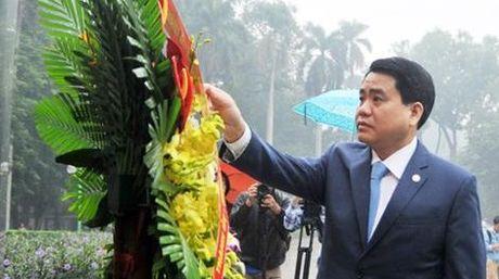 Chu tich Ha Noi Nguyen Duc Chung dang hoa tuong niem tai tuong dai Le Nin - Anh 1