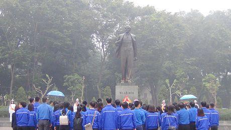 Chu tich Ha Noi Nguyen Duc Chung dang hoa tuong niem tai tuong dai Le Nin - Anh 3