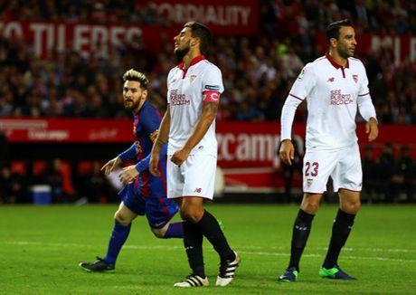 Barca nhoc nhan loi nguoc dong danh bai Sevilla - Anh 3