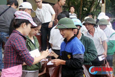 Nhieu phan qua den voi nguoi dan vung lu Ha Tinh - Anh 2
