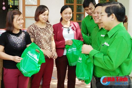 Nhieu phan qua den voi nguoi dan vung lu Ha Tinh - Anh 5