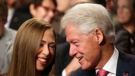 Con gai ba Clinton bi to dung tien quy tu thien de tieu xai ca nhan - Anh 1